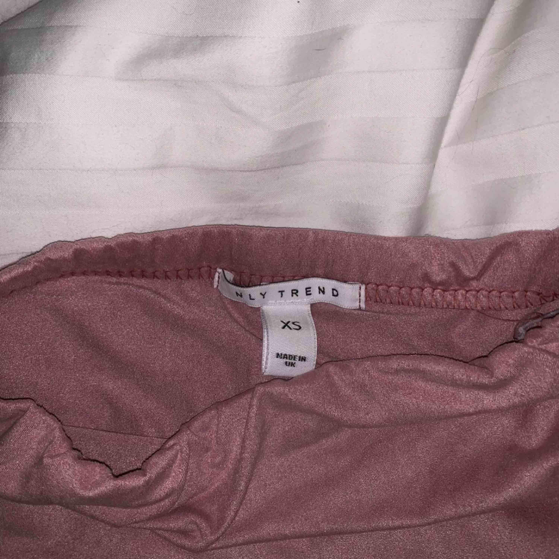 Rosa kjol i faux mocka. Super fin och skön, endast använd 1 gång. Det är en minikjol men den åker inte upp när man går eller liknande, och den är inte för kort. Färgen är som på första bilden, det är bara jag som har dåligt ljus i mitt rum 💘. Kjolar.
