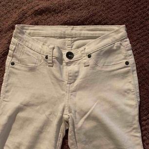 Vita jeans från dr Denim. Lågmidjade. Väl använda men ändå i gott skick. Inga fläckar, hål eller missfärgningar!