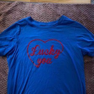 """T-shirt från Ginatricot i storlek XS. Väldigt fin blå färg med färgen """"lucky you"""". Endast använd hemma två gånger💙"""
