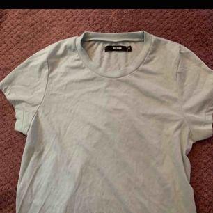 Basic T-shirt från BIKBOK i storlek XS. Färgen är mint. Använd max 4 gånger så den är fortfarande i extremt bra skick ❤️