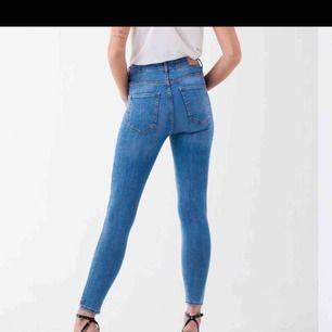 """""""MOLLY highwaist jeans"""" från ginatricot i storlek XS. Använda 2 gånger, alltså superfint skick. Inga hål, slitningar eller töjningar. I princip lika nya som från butiken. EJ SÅLDA"""