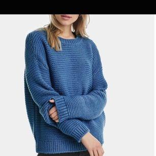 Säljer denna mysiga LJUSBLÅA stickade tröja. Första bilden är endast för att ni ska se hur den ser ut på, som ni ser är det en annan färg på den bilden men det är exakt samma modell! Oanvänd.