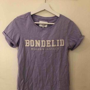 Ljus lila T-shirt från BONDELID. Köpt på MQ. Prislapp finns, därmed aldrig använd så i nyskick!