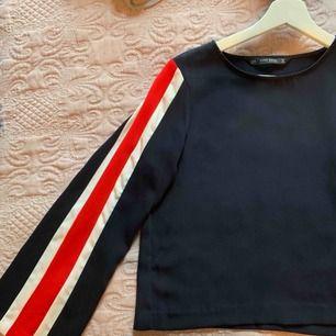 Superfin mörkblå långärmad tröja. Den har vida ärmar med röda/vita ränder. Jätte skönt tyg, som sidenmaterial fast matt. Lite kortare modell men inte som en magtröja. Ni ser ju på bilden 💗