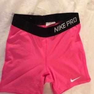 Rosa Nike PRO shorts, inte använda många gånger! 🙌🏻 shortsen passar en XS/S, köparen betalar frakten 😊