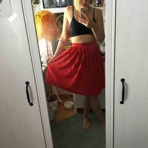 Supersöt räfflad kjol från HM. Enligt lappen är den en XS men passar mig som är M. Sitter med resor i midjan