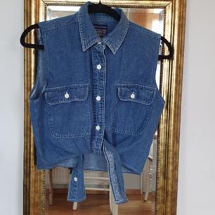 Söt 50tals-jeanstopp med knytband i midjan i nyskick! Passar S/M. 150kr inklusive frakt🌻