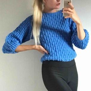 otroligt fin blå stickad tröja! 🦋💙 frakt är inkluderat i priset