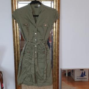 Sexig militärinspirerad kort klänning som sitter som en smäck! Ledsen att den är lite skrynklig på bild, tyget är däremot lättstruket :-) 100kr inklusive frakt🌻