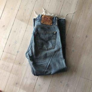 Jeans från Levi's i modellen 501. Köparen står för frakt (59 kr) 💕 Skriv för fler bilder ☺️