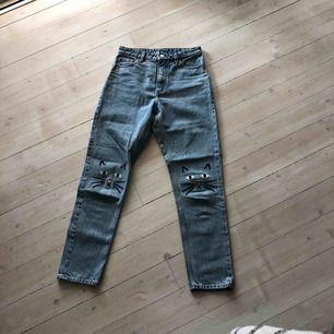 Två superfina jeans som inte passar mig längre :( Sparsamt använda i modellen Kimomo High Relaxed. 200 kr styck med FRI FRAKT!!! Skriv för fler bilder😘