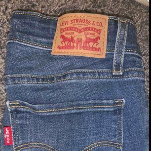 Stretchiga skinny jeans modell 711, från Levis. Använda ca 2ggr, så dom är som nytt skick! Jag är 170 och dom sitter perfekt i längden på mig. Dom kommer ej till användning för mig.