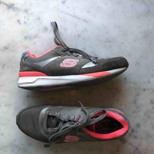 Skechers sneakers köpta i USA för ca 3 år sen. Supersnygga sneakers med memory foam i sulan. Skorna andas super bra. Finns enstaka slitningar i ena snöret och i sömmen ( se bild) använda men i bra skick. Möts upp i Sthlm annars frakt💗