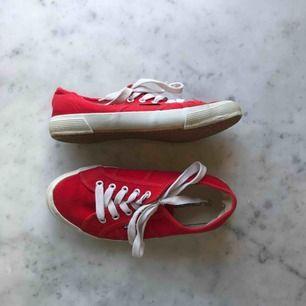 Supersnygga och söta röda låga skor. Köpta secondhand därav lite slitna. Använda av mig få gånger men bra skick. Supersnygga till att piffa upp en outfit med en färgklick! 🌹