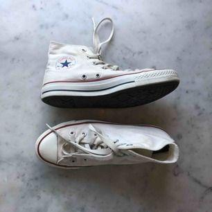 Vita EJ äkta converse. Köpta secondhand men sparsamt använda. Bra skick, inga slitningar men få fläckar som bör kunna tvättas bort. 💘