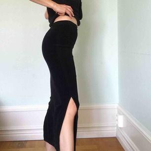Sammetskjol köpt på Humana ⭐️ Slitsar på båda sidorna ⭐️ Elastisk ⭐️ Köparen står för frakt