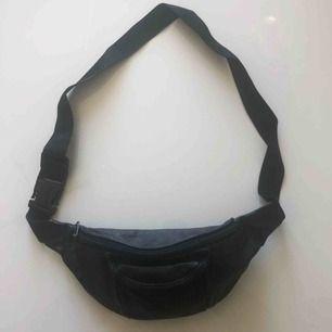 Kärt barn har många namn🥰 Säljer min magväska/becknarväska/fannypack då jag inte använder den! Köpte den secondhand men den är i väldigt bra skick. Det går att förlänga och spänna åt bandet. Väskan är i läder!!
