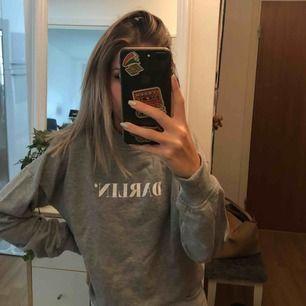 Grå sweatshirt från nakd med texten darlin', stor i storleken