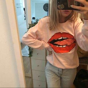 Supercool rosa sweatshirt med snyggt tryck från bikbok, kommer tyvärr inte till användning. Passar mig som vanliga fall har xs då jag vill ha den lite oversize