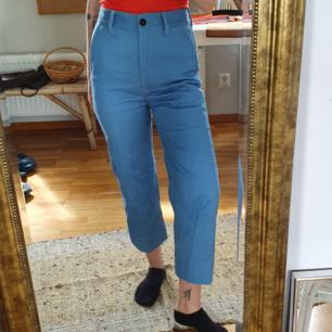 Oanvända vintagejeans i fin blå färg, har stora fickor, hög midja å raka ben. Passform som dickies! Ordentligt jeanstyg. Jag är 160cm! 300kr inklusive frakt!