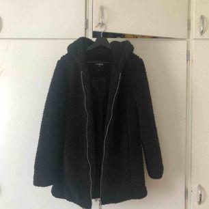 Jättefin kappa inköpt från urban outfitters! Är i jättefint skick då jag köpte den förra året. Köparen står för frakt <3