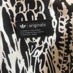 Adidas Originals-byxor ⭐️ Helt oanvända ⭐️ Säljer pga att de är lite för stora för mig ⭐️ Köparen står för frakt