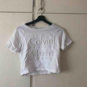 Vit topp från Calvin Kelin, aldrig använd <3  Köparen står för frakt