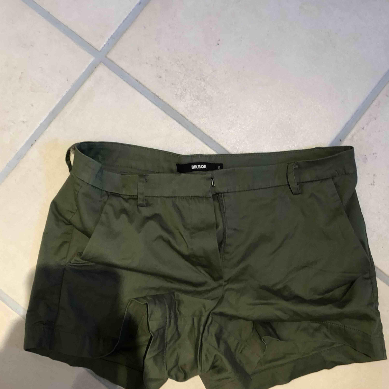 Ett par militärgröna shorts från Bikbok som aldrig kommer till andvändning, men dom är väldigt sköna Köparen står för frakten❤️. Shorts.