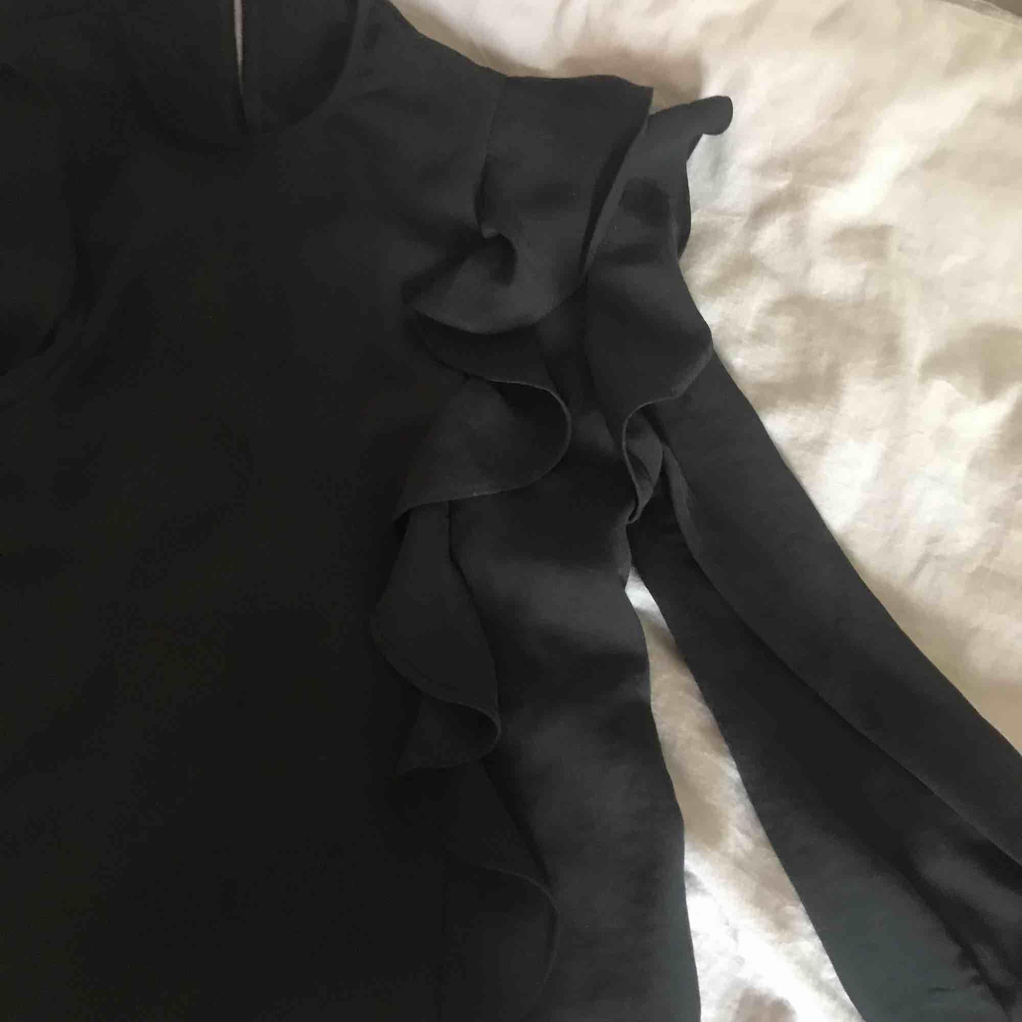 Tröja från Carin Wester, tung i material/ bra kvalite. Mycket volanger på båda sidorna av tröjan. Tröjor & Koftor.