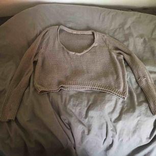 Pösig stickad tröja från Bikbok, 3 små hål finns men det kan jag laga (kan sy)