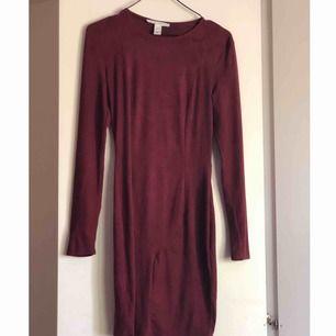 Vinröd klänning i mocka imitation från NLY Trend, aldrig använd. Köpt för cirka 3 år sedan men endast hängt i garderoben.   Köparen står för eventuell frakt.