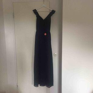 Säljer en Chi Chi London Katrine balklänning jag köpte för några månader sedan. Klänningen är helt oanvänd. Köpare står för frakt men det går även att mötas upp i Lund!