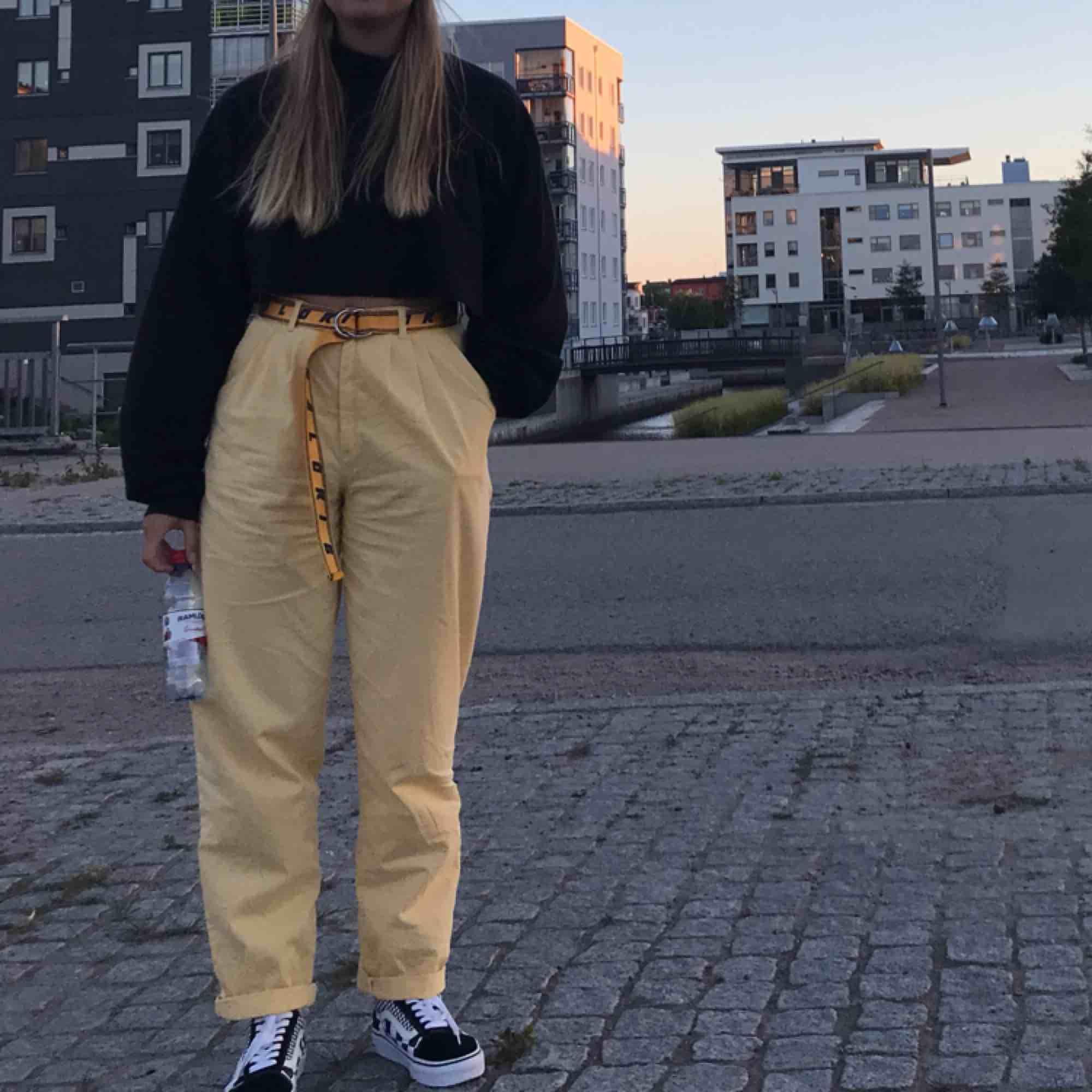 Ett par väldigt snygga och unika gula byxor!. Jeans & Byxor.