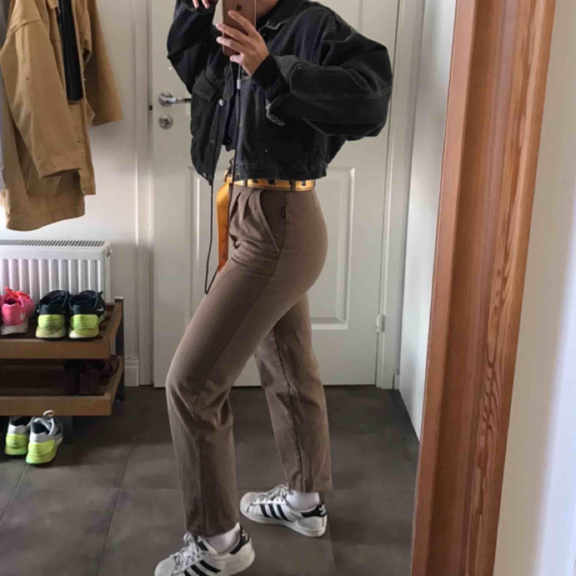 Väldigt snygga och sköna brunbeiga byxor!. Jeans & Byxor.