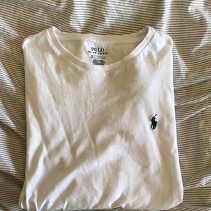 Ralph Lauren långärmad tröja i vitt med ett blått märke, bra skick inga hål eller slitningar (köparen står för frakt)