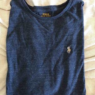En Ralph Lauren tröja långärmade i marinblå med vit tryck, fint skick och knappt använd  (köparen står för frakt)