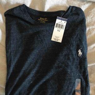 Ralph Lauren tröja i mörkgrå/svart med vitt märke, aldrig använd (prislappar kvar) (köparen står för frakten)