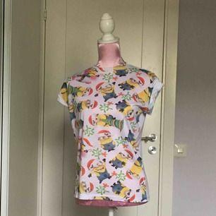 t-shirt från dumma mig filmen, använd max 4 ggr så i bra skick. mönstret är på framsidan