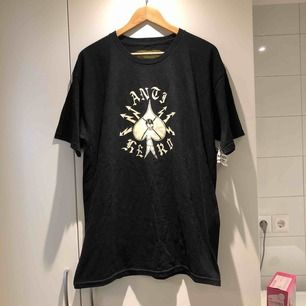 Oanvänd T-shirt från Anti Hero, Lappen sitter kvar! Kan mötas upp i Stockholm eller Uppsala köparen står för ev. frakt