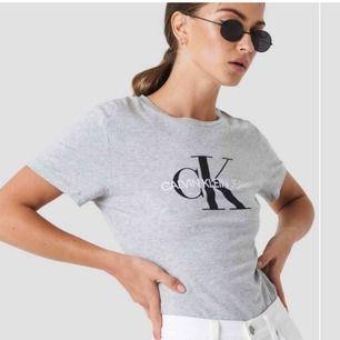 grå Ck-t-shirt! köpt för 500. använd kanske 10 ggr, så väldigt bra skick. säljer pga bytt stil. 150+frakt, men pris kan diskuteras vid snabb affär. kan mötas upp eller frakta🥳