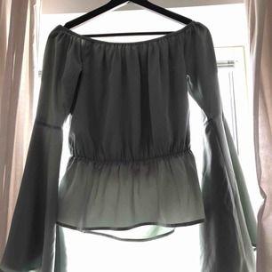 Vacker off-shoulder blus från Hannalicious for Na-kd. Mintgrön, svårt att fånga färg på bild (se sista bild) Endast använd ett par gånger. Nypris ca 480 kr.