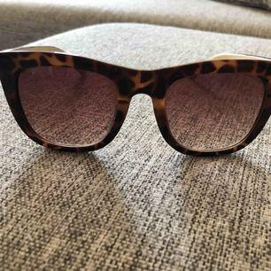Solglasögon med leopardmönstrade bågar. Finns i centrala Halmstad. Kan mötas upp men också posta!  Köparen står för eventuell frakt (39kr).