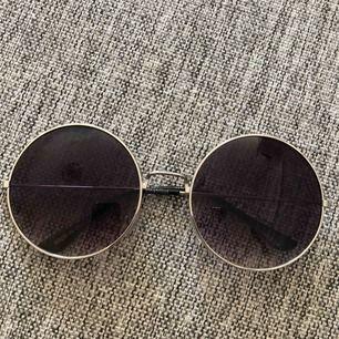 Fina solglasögon med silvriga bågar. Fint skick!  Köparen står för eventuell frakt (39kr)!