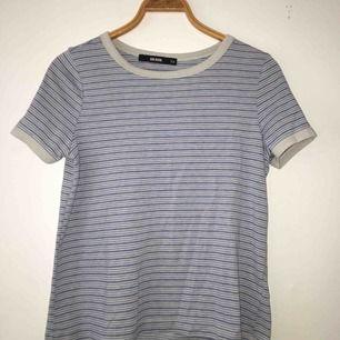 Snygg t-shirt. Använd ett fåtal gånger. Köparen står för frakten men kan också samfrakta.