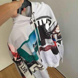 Oversized hoodie från NA-KD. Köparen står för frakten men kan också samfrakta.