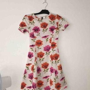 Supet gullig klänning med fina blommor. Köparen står för frakten men kan också samfrakta.