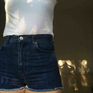 Skitsnygga blå jeansshorts från Monki. Höga i midjan och fransade. Väldigt mycket för små för mig så kommer inte klämma åt på dig som har storlek 27 som det gör runt mina lår 🤪