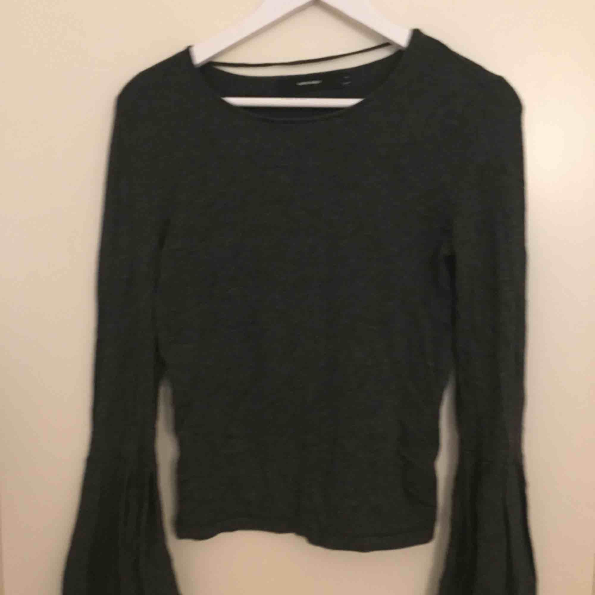 En tröja från Vero Moda, den har utsvängda ärmar. Använd ett fåtal gånger så fint skick. Den är väldigt töjbar så den skulle fungera för en medium också. Finns i Stockholm, kan mötas upp eller skickas+frakt.. Tröjor & Koftor.