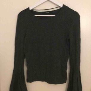 En tröja från Vero Moda, den har utsvängda ärmar. Använd ett fåtal gånger så fint skick. Den är väldigt töjbar så den skulle fungera för en medium också. Finns i Stockholm, kan mötas upp eller skickas+frakt.
