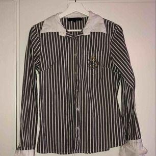 Grå randig skjorta från Capri Collection säljes då den är för liten och inte har kommit till användning tidigare. ( Inte strykt på bilden ) 50kr + frakt 🤗
